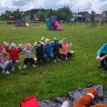 bezpieczne przedszkolaki mają rekawiczki